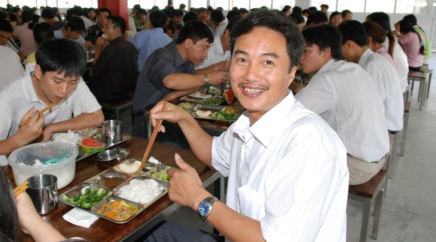 People-eating-lunch-smiling  | Egen fabrikk i Vietnam: